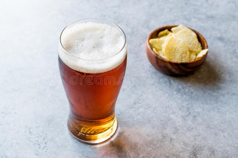 Koele Verfrissende Amber Beer met Snacks royalty-vrije stock afbeelding