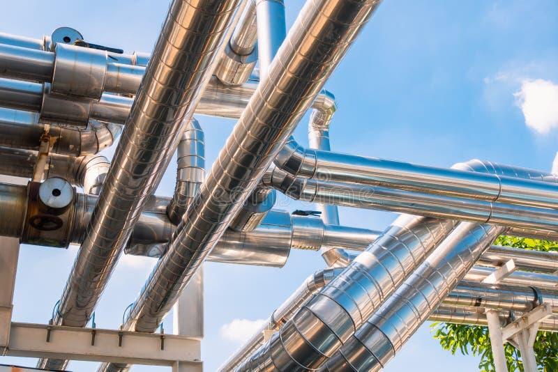 Koelere pijpleiding en isolatie in fabriek , Industriële hulpmiddelen stock afbeelding
