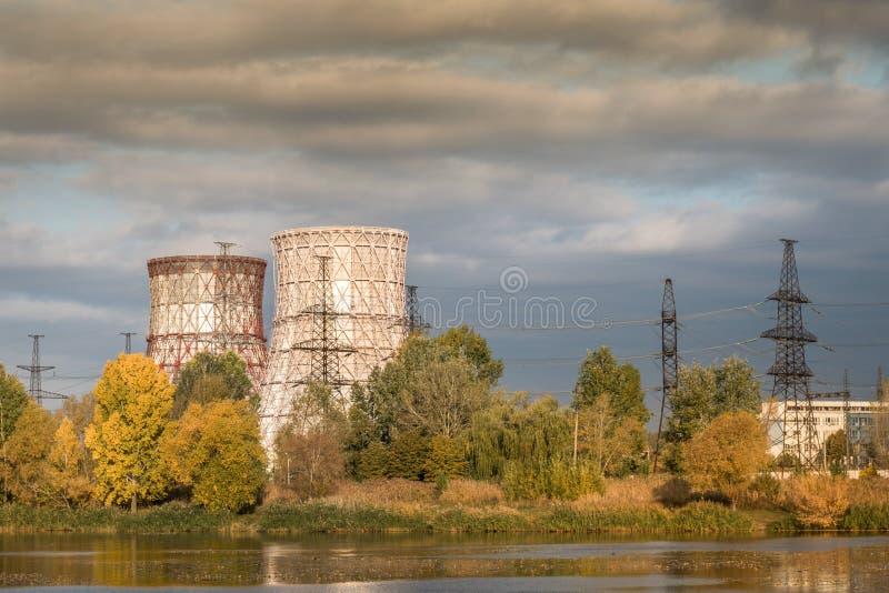 Koelers van thermische elektrische centrales op de rivier royalty-vrije stock afbeeldingen