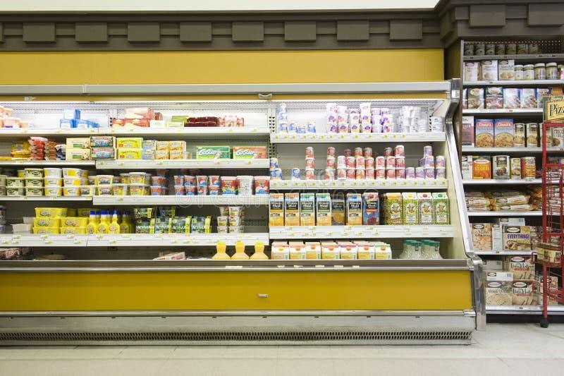Koelkastteller in Supermarkt stock foto's