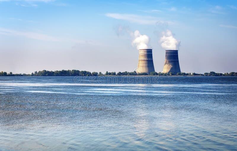 Koeltorens met stoom van een kernenergiepost stock fotografie