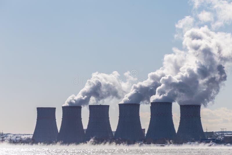 Koeltorens van een kernenergiepost of NPP met dikke rook royalty-vrije stock foto's