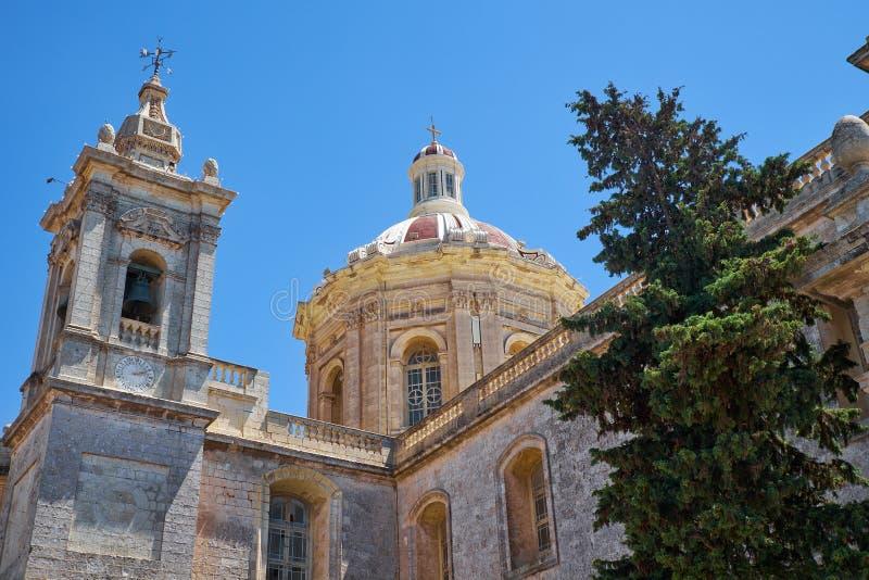 Koepel en klokketoren van de Collegiale Kerk van St Paul, Rabat, royalty-vrije stock foto