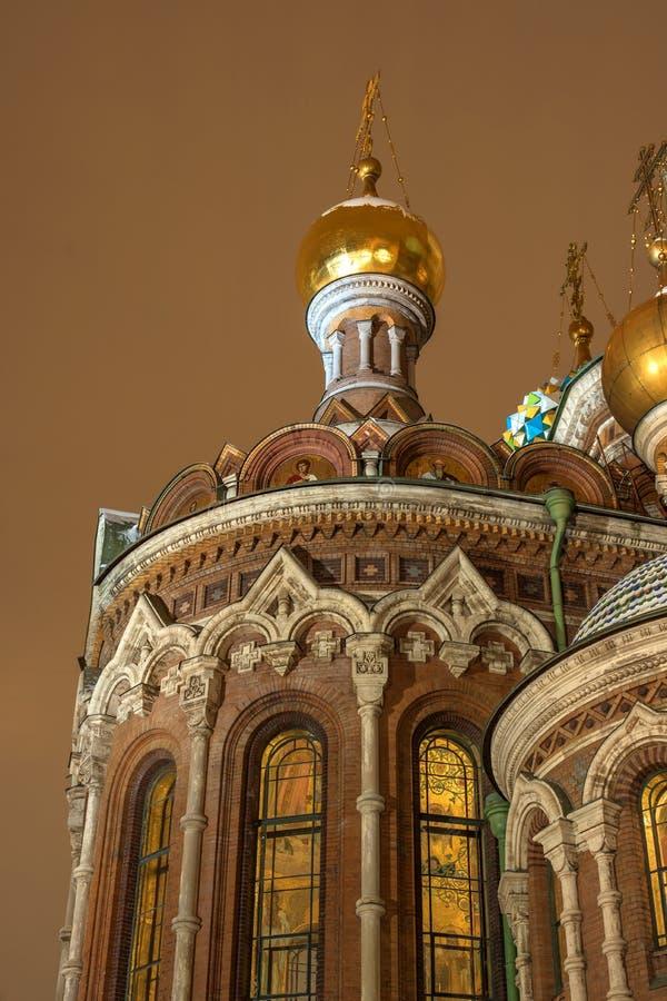 Koepel en Kruisen van Kerkverlosser op Gemorst Bloed Heilige Petersburg, Rusland De foto van de nacht royalty-vrije stock fotografie