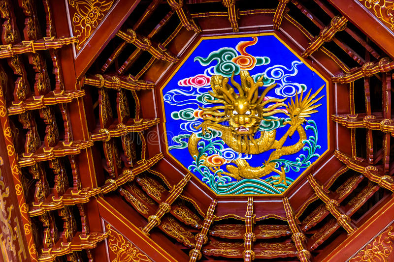 Koepel met gesneden draak bij het Huis van Lijiang Mu royalty-vrije stock foto