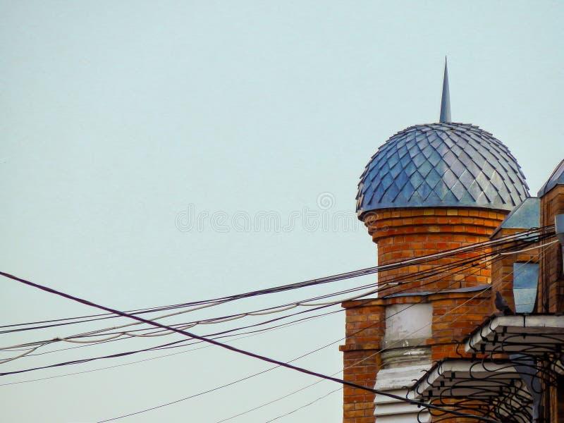 Koepel op het dak van het huis met verbonden draden stock foto's