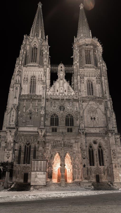 Koepel St Peter in Regensburg Beieren bij de winternacht stock foto's