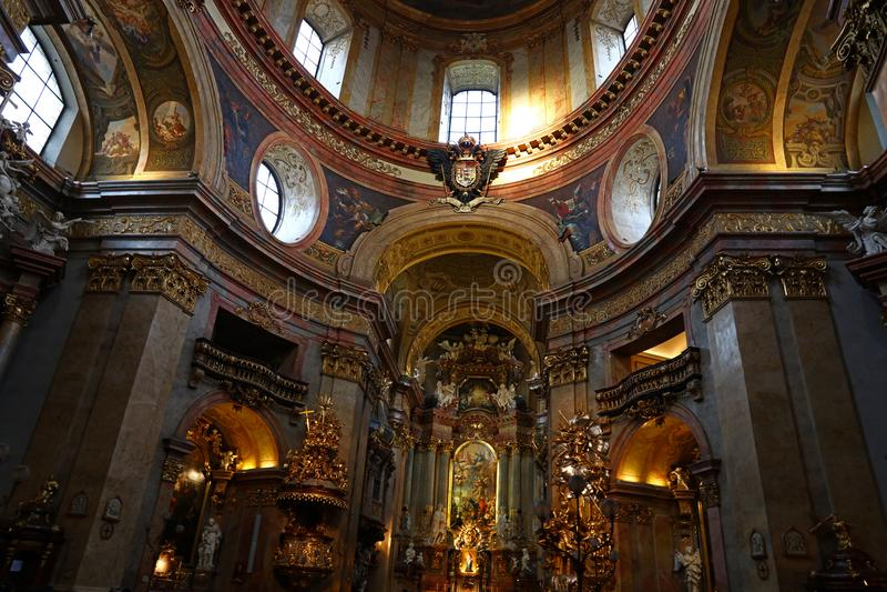 Koepel van barokke kerk van St Peter in Wenen stock foto's