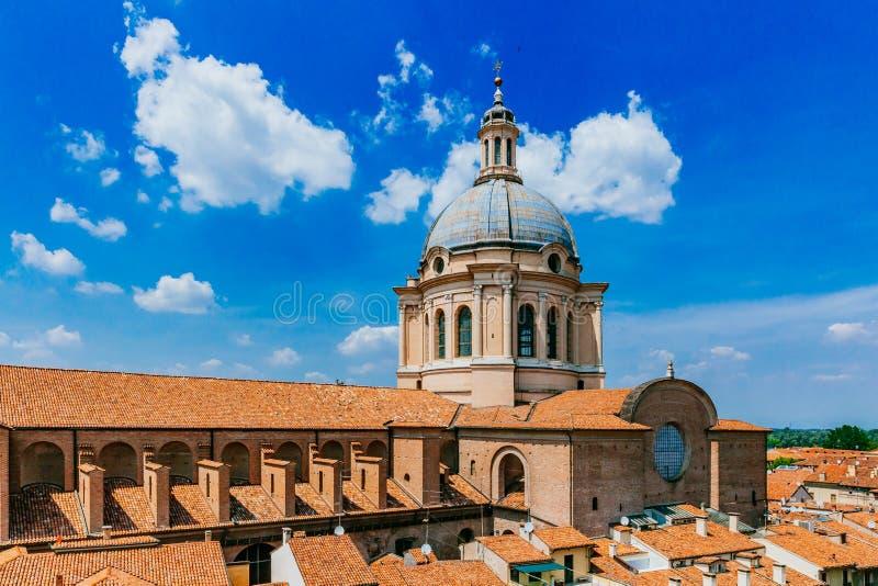 Koepel van Basiliek van Sant 'Andrea in het historische centrum van Mant stock afbeelding