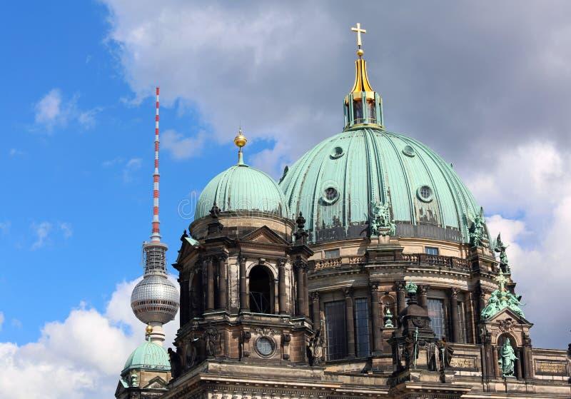 Koepel van de kathedraal van Berlijn en op de achtergrond moderne te royalty-vrije stock afbeeldingen