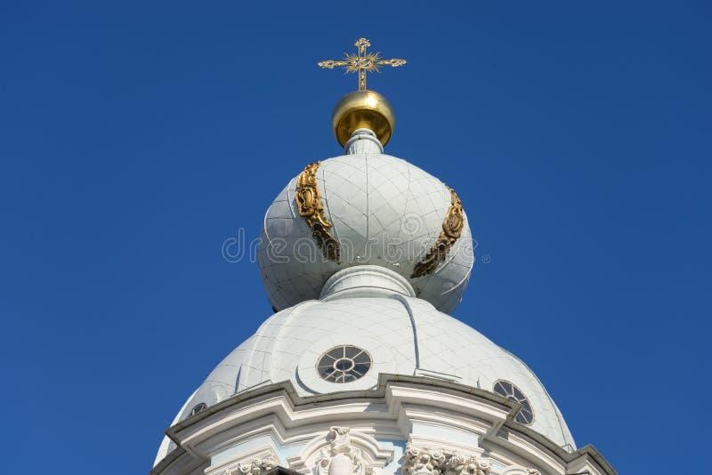 Koepel van de kerk in het Smolny-Klooster stock fotografie