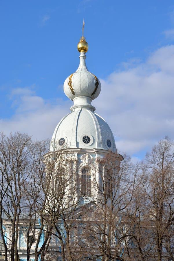 Koepel van de kerk in het Smolny-Klooster stock foto