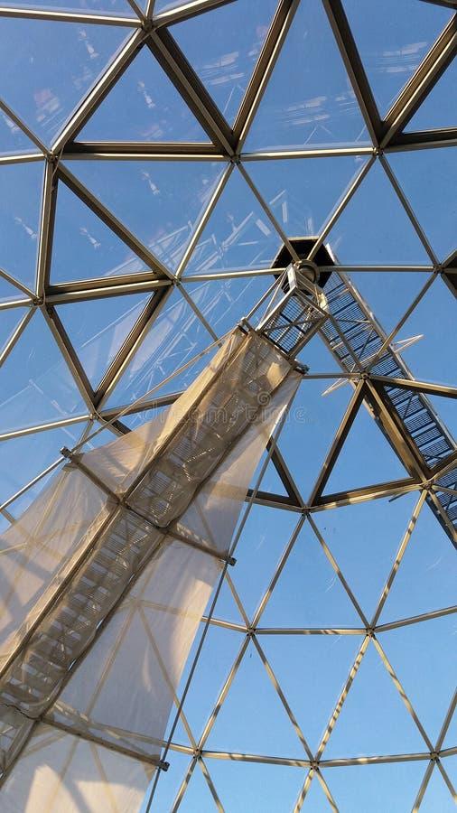 Koepel van driehoeken op een vooruitzichttoren tegen een blauwe hemel wordt gemaakt die royalty-vrije stock afbeeldingen