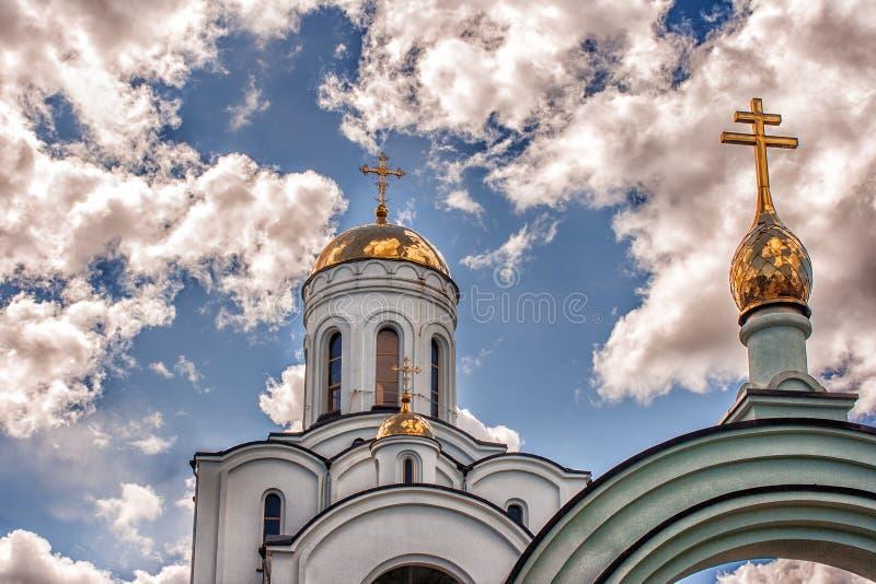 Koepel van een tempel tegen een blauwe bewolkte hemel royalty-vrije stock afbeeldingen