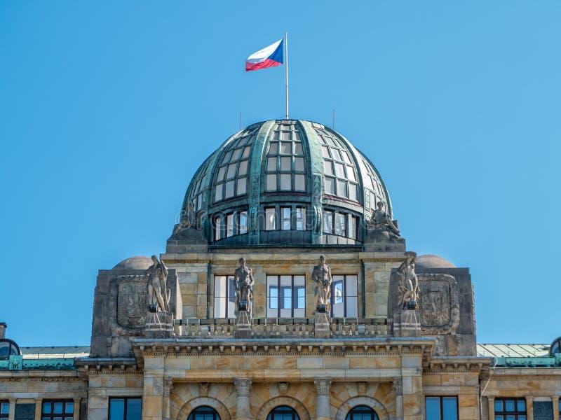 Koepel van het Ministerie van de Industrie en Handel van het Gebouw van de Tsjechische Republiek met Tsjechische Vlag en Beeldhou stock afbeelding