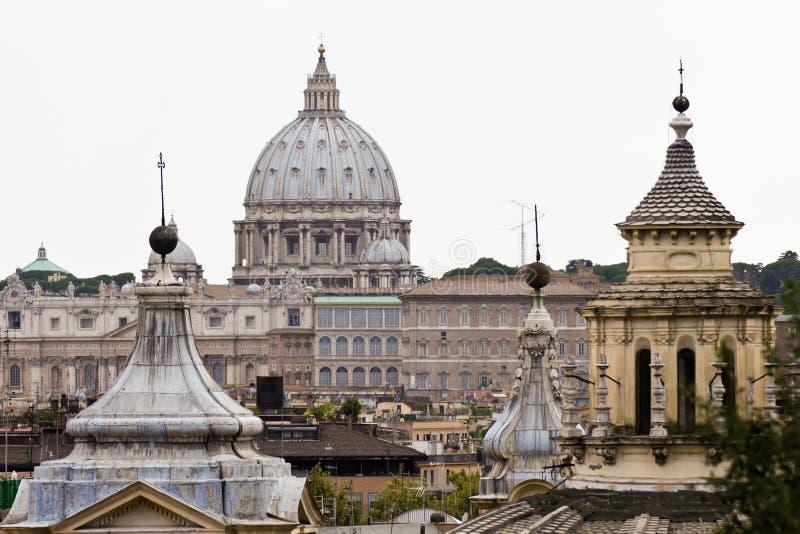 Koepel van St. Peter Basiliek en andere kerken. royalty-vrije stock afbeelding
