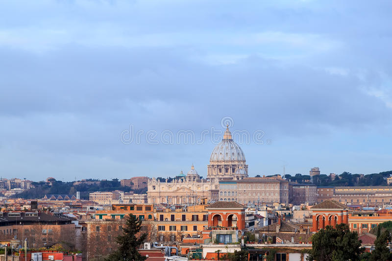 Koepel van St Peter ` s Basiliek bij dageraad, Rome, Italië royalty-vrije stock foto's