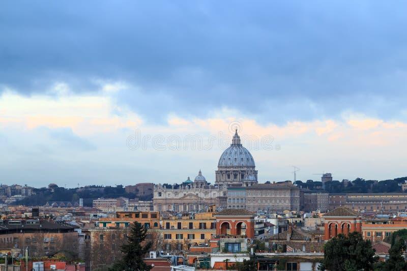 Koepel van St Peter ` s Basiliek bij Zonsopgang Mooie oude vensters in Rome (Italië) royalty-vrije stock afbeelding