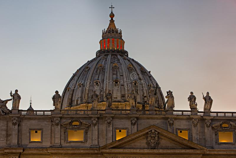 Koepel van St Peter ` s Basiliek in het Vatikaan stock foto's