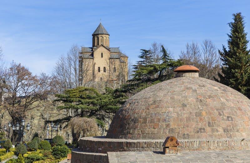 Koepel van zwavelbad en Sioni-Kathedraal in Tbilisi stock foto
