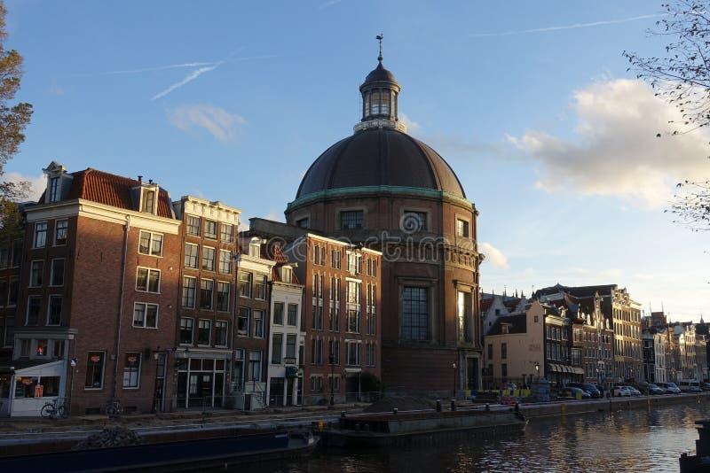 Koepelkerk rond avec le dôme de cuivre à côté du canal de Singel à Amsterdam photo stock