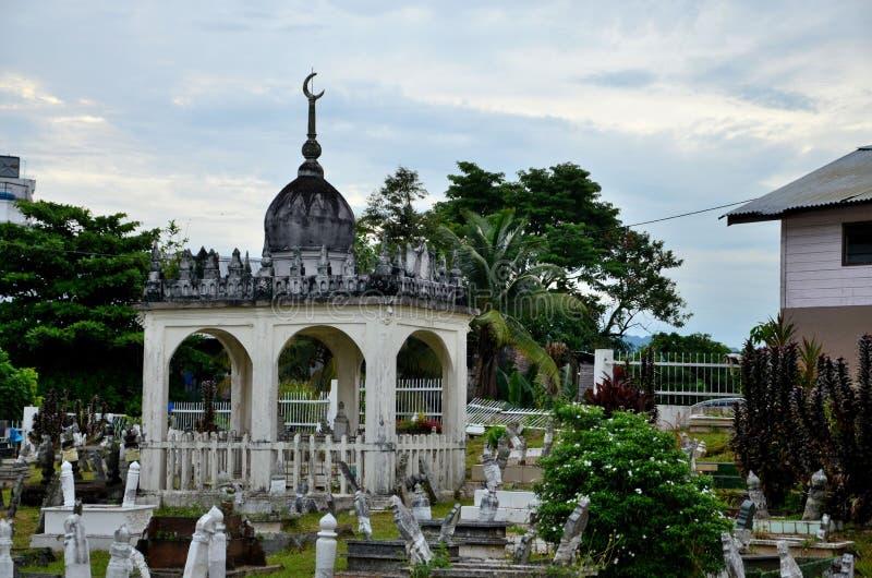 Koepelkoepel in Islamitisch Maleisisch Moslimkerkhof met vele graven Kuching Sarawak Maleisië stock afbeelding