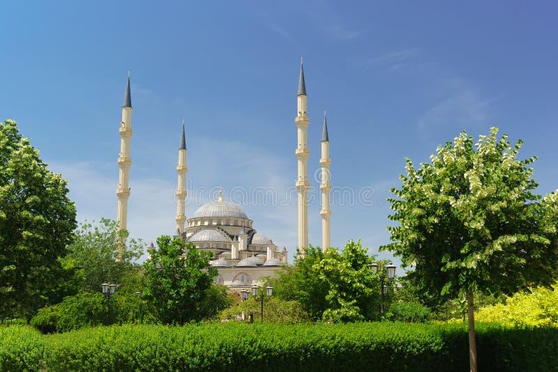 Koepels en minaretten van het moskeehart van Tchetchenië in het centrum van de hoofdstad van de Republiek stock afbeeldingen