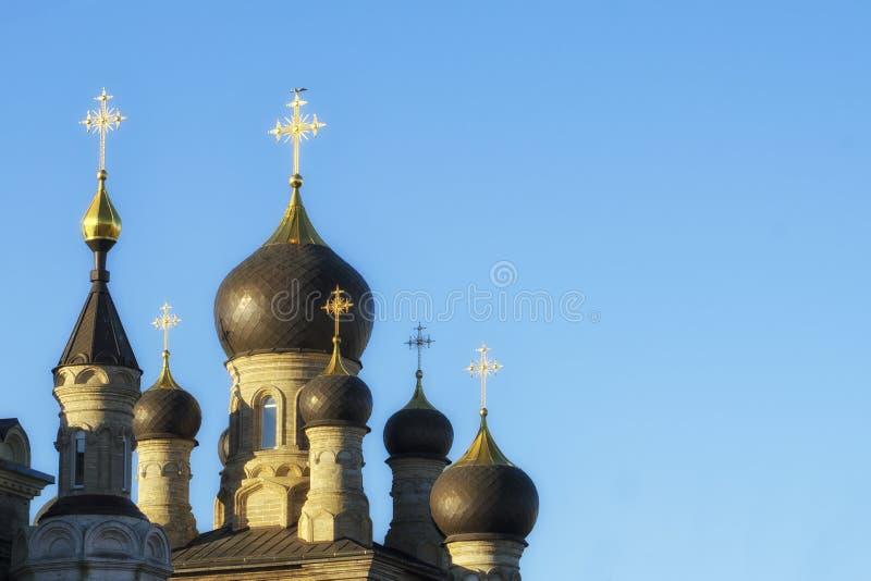 Koepels van Christian Orthodox Church door de heldere zon wordt aangestoken die De kruisen glanzen goud royalty-vrije stock afbeelding