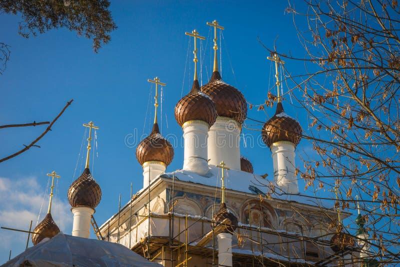 Koepels van de kerk van het klooster van Kirillo Afanasyevsky in Yaroslavl, Rusland stock fotografie