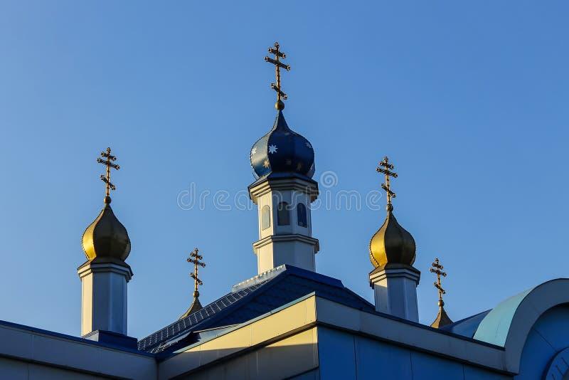 Koepels van de kerk met gouden kruisen tegen de duidelijke blauwe hemel royalty-vrije stock afbeeldingen