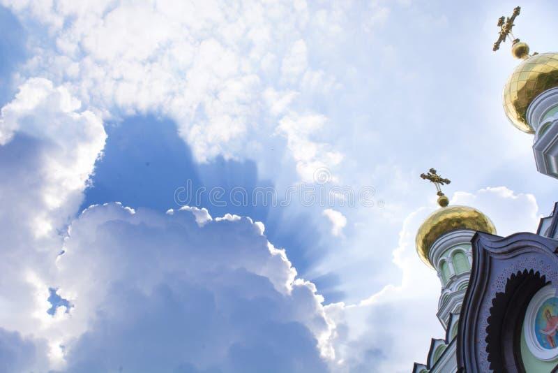 Koepels van de Kerk tegen de hemel stock fotografie