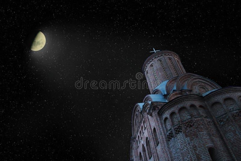 Koepels van kerk op achtergrond van sterrige hemel en glanzende maan royalty-vrije stock afbeelding