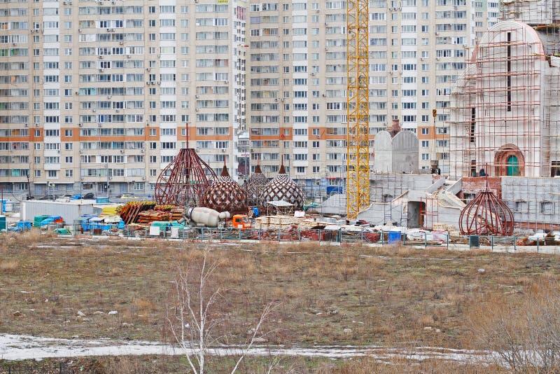 Koepels van Nikolskaya-kerk in aanbouw op de achtergrond van woningbouw in Moskou stock fotografie