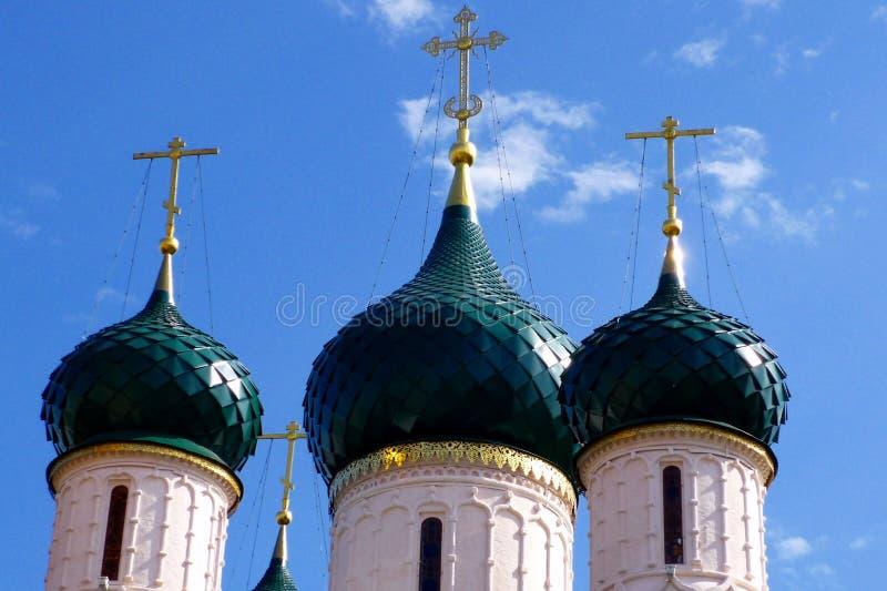 Koepels van Russische orthodoxe kerk in Yaroslavl stock foto's