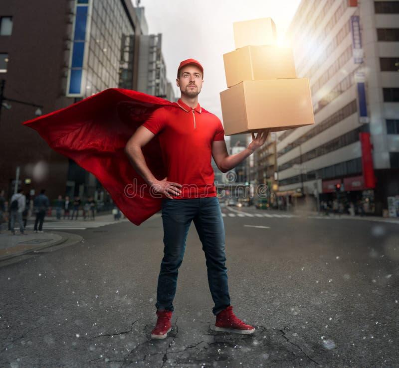 Koerier werkt als een krachtige superheld in een stad met wolkenkrabbers Begrip succes en garantie bij verzending stock afbeelding