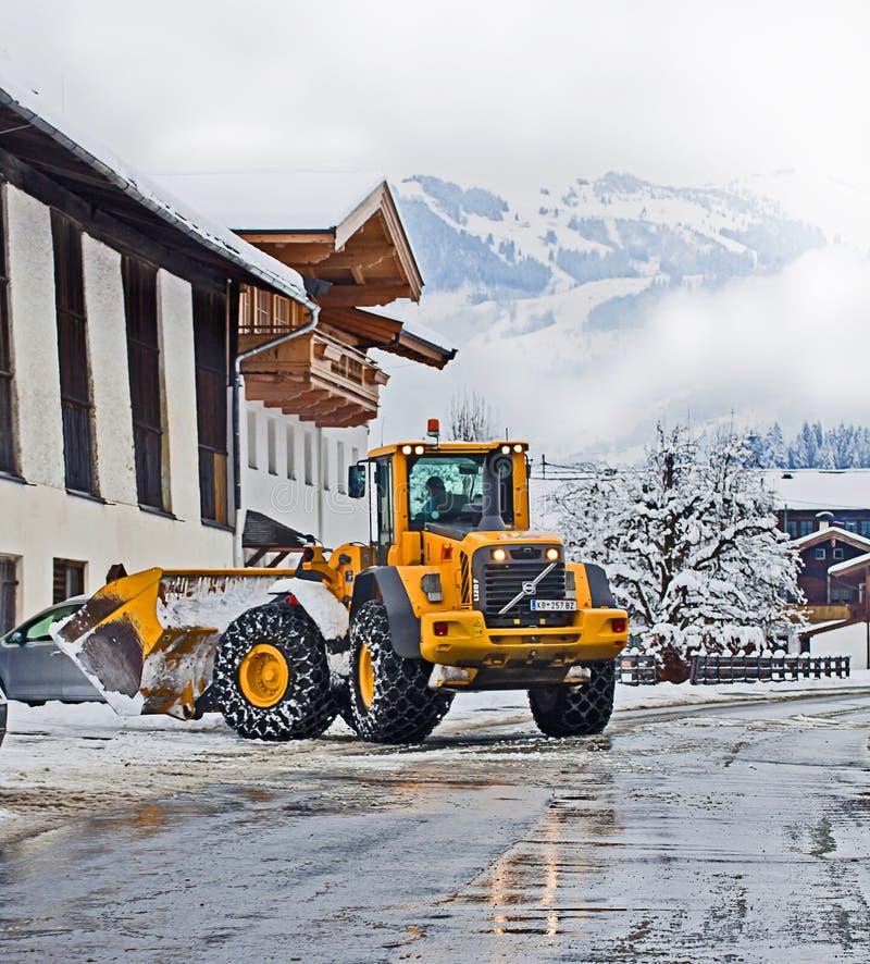 Koetschach, Austria - quitanieves en la acción el invierno fotografía de archivo