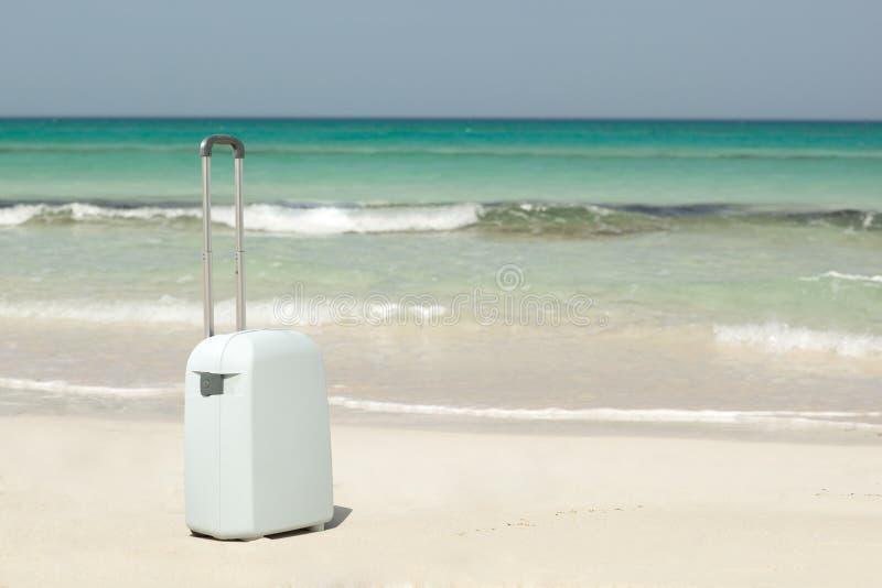 Koffer auf dem Strand stockbilder