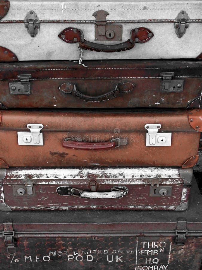 Koffer aus alten, braunen Koffern lizenzfreie stockfotos