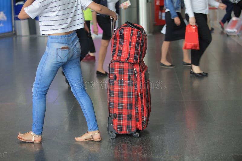 Koffer, die op uw vlucht wachten stock afbeelding