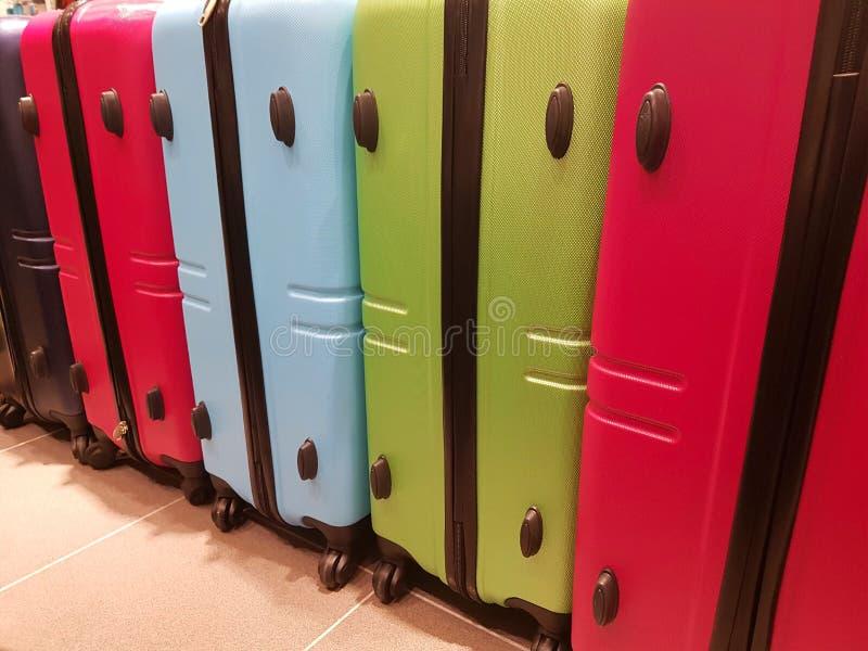 Koffer im Ankunftsbereich eines internationalen Flughafens stockfotografie