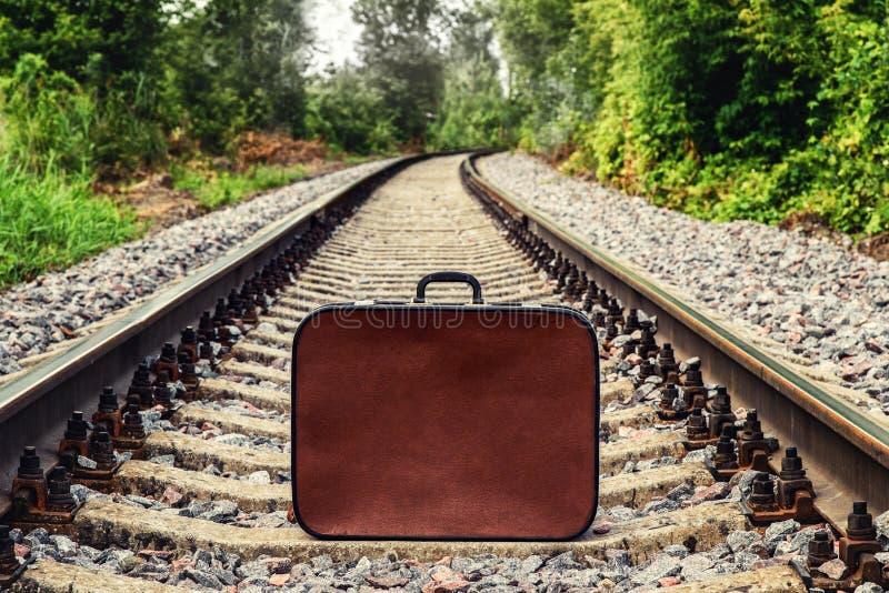Koffer op spoorweg royalty-vrije stock afbeelding