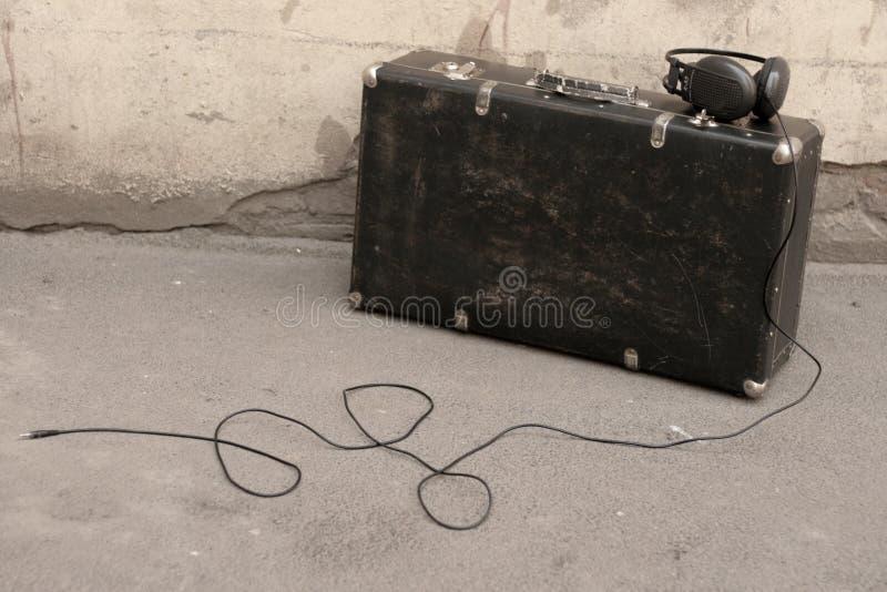 Koffer und Kopfhörer stockbilder