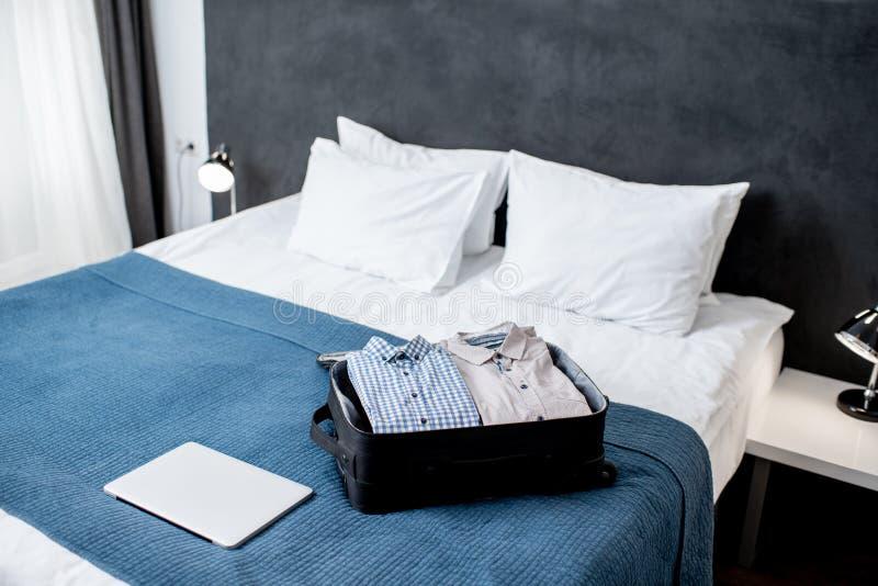 Koffer und Laptop für eine Geschäftsreise stockbilder