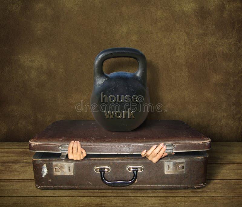 Koffer unter Hausarbeit lizenzfreie stockbilder