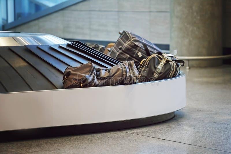 Koffers op een bagageband op de luchthaven royalty-vrije stock afbeeldingen