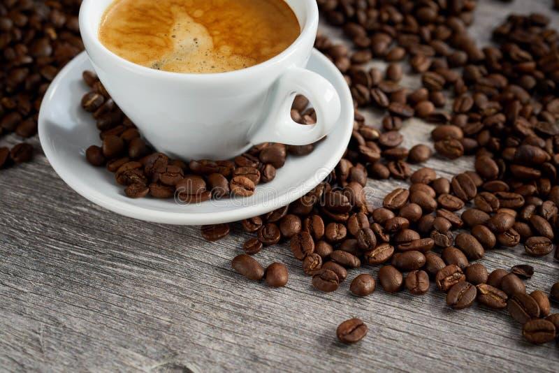 Koffie achtergrondstilleven met geroosterde bonen royalty-vrije stock foto