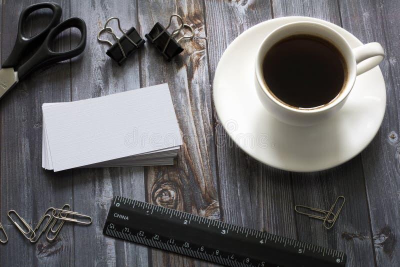 Koffie, adreskaartjes en bureaulevering stock foto