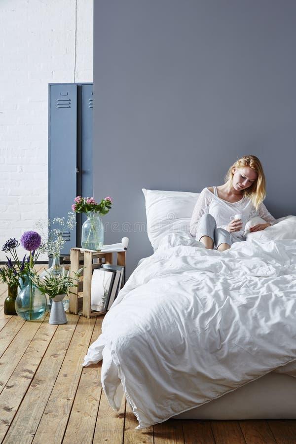 Koffie in bed royalty-vrije stock afbeeldingen