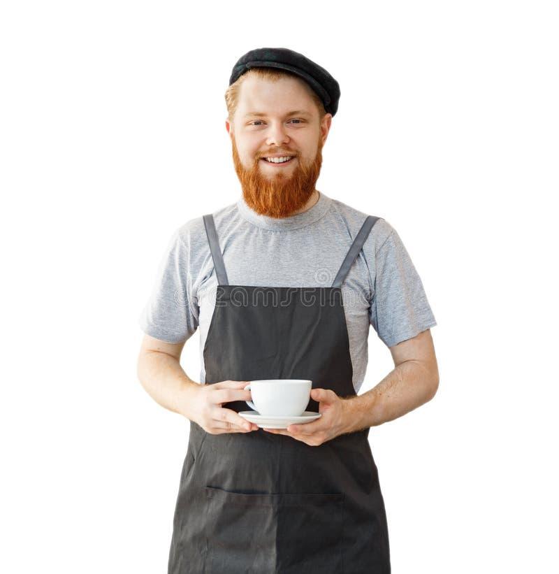 Koffie bedrijfseigenaarconcept - portret van gelukkige jonge gebaarde Kaukasische barista in schort met zekere lookin royalty-vrije stock foto