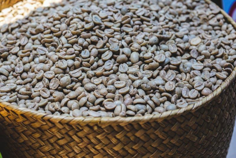 Koffie beens in houten doos royalty-vrije stock foto